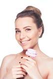 Portret van de mooie naakte vrouw van het schoudersblonde met de lentebloemen royalty-vrije stock afbeelding