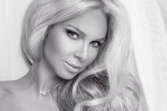 Portret van de mooie sensuele blondevrouw met perfect natuurlijk en vlot gezicht in een gevoelige make-up Stock Foto's