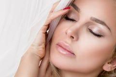 Portret van de mooie sensuele blondevrouw met perfect natuurlijk en vlot gezicht in een gevoelige make-up Royalty-vrije Stock Afbeeldingen