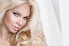 Portret van de mooie sensuele blondevrouw met perfect natuurlijk en vlot gezicht in een gevoelige make-up Royalty-vrije Stock Fotografie