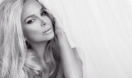 Portret van de mooie sensuele blondevrouw met perfect natuurlijk en vlot gezicht in een gevoelige make-up Stock Foto