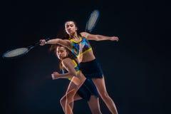 Portret van de mooie speler van het meisjestennis met een racket op donkere achtergrond Stock Foto's