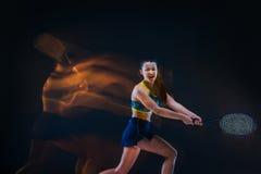 Portret van de mooie speler van het meisjestennis met een racket op donkere achtergrond Stock Afbeeldingen