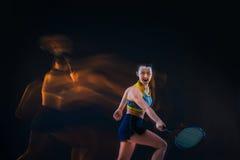 Portret van de mooie speler van het meisjestennis met een racket op donkere achtergrond Royalty-vrije Stock Fotografie