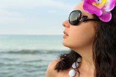 Portret van de mooie vrouw op zeekust Royalty-vrije Stock Afbeeldingen