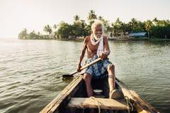 Portret van de niet geïdentificeerde Indische mens op de boot Royalty-vrije Stock Foto's
