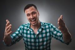 Portret van de opgewekte mens die de camera en de punten bij u met een vinger bekijken Royalty-vrije Stock Fotografie