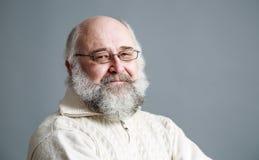 Portret van de oude mens met baard Grijze achtergrond Stock Afbeeldingen