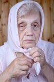 Portret van de oude vrouw in een hoofddoek Stock Fotografie