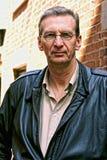 Portret van de oudere mens buiten streng het kijken Stock Foto's
