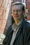 Portret van de oudere mens die in openlucht loenst Stock Foto
