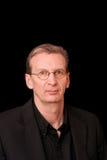 Portret van de oudere witte mens op zwarte achtergrond Stock Afbeeldingen