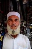 Portret van de Pakistaanse mens die van Pashtun buitenriemwinkel stellen stock afbeeldingen