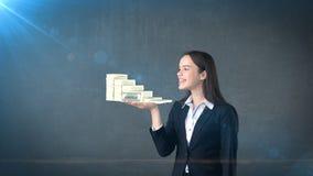 Portret van de pakken van de vrouwenholding van gelddollar op de open handpalm, over geïsoleerde studioachtergrond Bedrijfs conce Stock Afbeelding