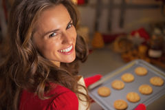 Portret van de pan van de huisvrouwenholding met Kerstmiskoekjes Stock Afbeelding
