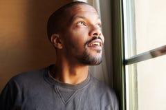 Portret van de PEINZENDE Afrikaanse zwarte mens horizontaal royalty-vrije stock afbeelding
