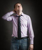 Portret van de peinzende jonge mens in roze overhemd en donkere band, agains Royalty-vrije Stock Foto's