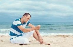 Portret van de peinzende mens op strand Stock Afbeelding