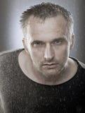 Portret van de rijpe mens onder het vlokschuim, studiospruit Stock Foto