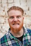 Portret van de rode haired mens die een emotie uitdrukken stock fotografie
