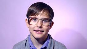 Portret van de schooljongen nerd glazen van de jongenstiener  stock video