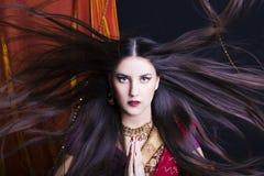 Portret van de schoonheids het donkerbruine Indische vrouw Hindoes modelmeisje met bruine ogen Indisch meisje in Sari Stock Foto's