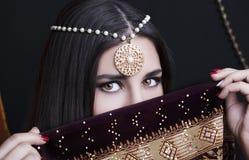Portret van de schoonheids het donkerbruine Indische vrouw Hindoes modelmeisje met bruine ogen Indisch meisje in Sari Royalty-vrije Stock Foto's