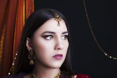 Portret van de schoonheids het donkerbruine Indische vrouw Hindoes modelmeisje met bruine ogen Indisch meisje in Sari Stock Fotografie
