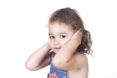 Portret van de sluitende oren van het babymeisje van lawaai royalty-vrije stock afbeelding