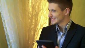 Portret van de succesvolle mens die smartphone en het glimlachen gebruiken stock video