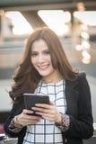 Portret van de succesvolle slimme het bedrijfsvrouw kijken computer van de zekere en het glimlachen holdingstablet Royalty-vrije Stock Fotografie