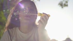 Portret van de tiener in de park blazende zeepbels bij de camera Leuke jonge vrouw het besteden alleen tijd stock video