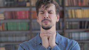 Portret van de Toevallige Jonge Mens die aan God voor Hulp bidden stock video
