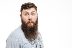 Portret van de verbaasde aantrekkelijke mens met baard Stock Foto