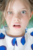 Portret van de verraste close-up van het 8 éénjarigenmeisje Royalty-vrije Stock Foto's