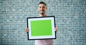 Portret van de vrolijke jonge mens die met spot op chroma zeer belangrijke omlijsting lopen stock videobeelden