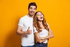 Portret van de vrolijke mensenmens en vrouw in basiskleding smil royalty-vrije stock foto