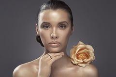 Portret van de vrouw met donkere teint Royalty-vrije Stock Afbeeldingen