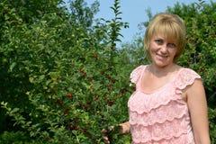 Portret van de vrouw van gemiddelde jaren in de kersenboomgaard royalty-vrije stock afbeelding