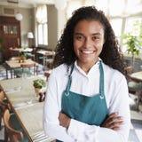 Portret van de Vrouwelijke Zaal van In Empty Dining van de Restaurantmanager royalty-vrije stock fotografie