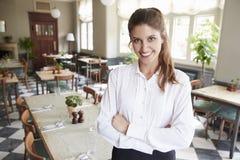 Portret van de Vrouwelijke Zaal van In Empty Dining van de Restaurantmanager royalty-vrije stock afbeeldingen