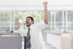 Portret van de werkende mens 20-30 jaar Beklemtoonde de zakenman van Yong stock foto