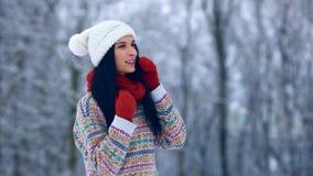 Portret van de de winter het jonge vrouw Schoonheid Blij ModelGirl die en pret in de winterpark lachen hebben Mooie Jonge Vrouw stock video