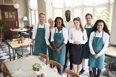 Portret van de Zaal van Restaurantteam standing in empty dining royalty-vrije stock afbeeldingen
