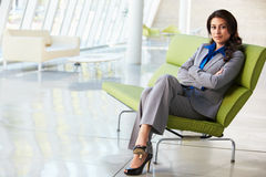 Portret van de Zitting van de Onderneemster op Bank in Modern Bureau Stock Foto's