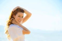 Portret van de zomer jonge vrouw in openlucht Zachte zonnige kleuren Stock Foto