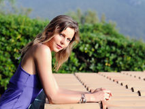Portret van de zomer zonnig meisje op het tegeldak Royalty-vrije Stock Foto