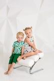 Portret van de zuster en zijn kleine broer bij witte studio Stock Fotografie