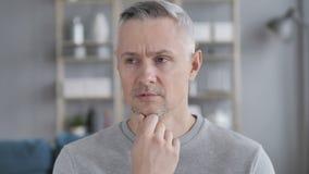 Portret van Denkend Midden Oud Gray Hair Man stock videobeelden