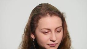 Portret van denkende nadenkende vrouw die een ogenblik hebben die van ideeeureaka het tonen op witte achtergrond benadrukken stock video